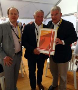 Burgemeester Alpe d'Huez ontvangt poster