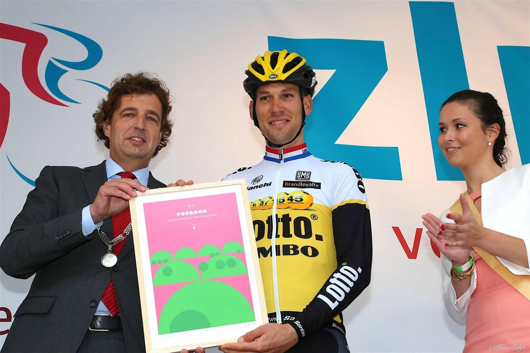 Maarten Tjallingii wordt bij de start van de ZLM Koers in 2016 vanwege zijn afscheid als renner en prestatie op de Posbank in de Giro van dat jaar geëerd door toenmalig burgemeester van Goes René van Hulst.